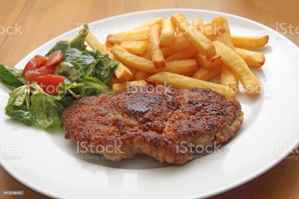 Schnitzel mit Pommes frites und Feldsalat stock photo