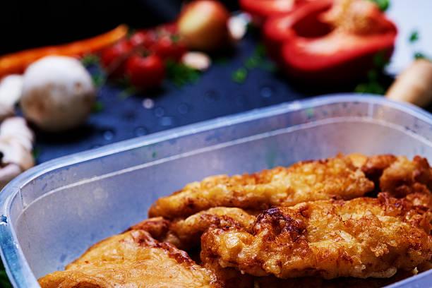 schnitzel in der nähe von gemüse - paprikaschnitzel stock-fotos und bilder