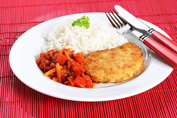 schnitzel mit bell pepper sauce und gekochte reis - paprikaschnitzel stock-fotos und bilder