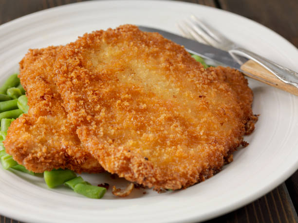 schnitzel mit grünen bohnen - schnitzel braten stock-fotos und bilder