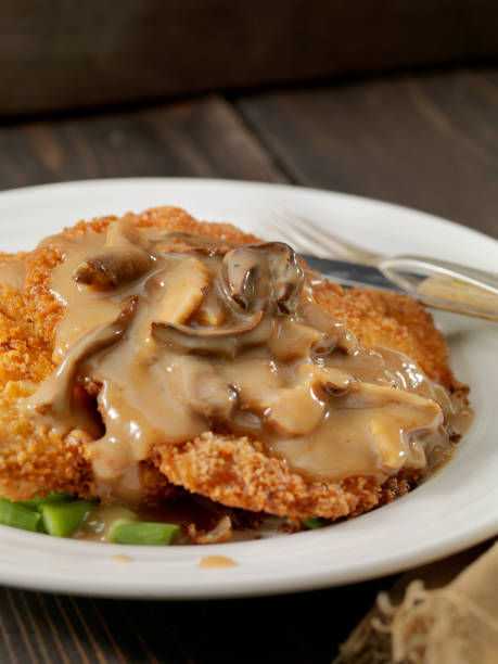 schnitzel with mushroom sauce and green beans - escalope imagens e fotografias de stock