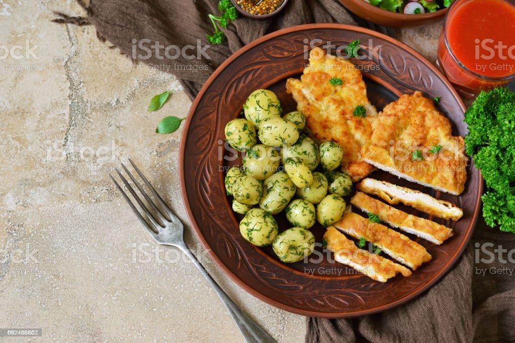 Escalope con patatas y ensalada para el almuerzo sobre un fondo concreto foto de stock libre de derechos