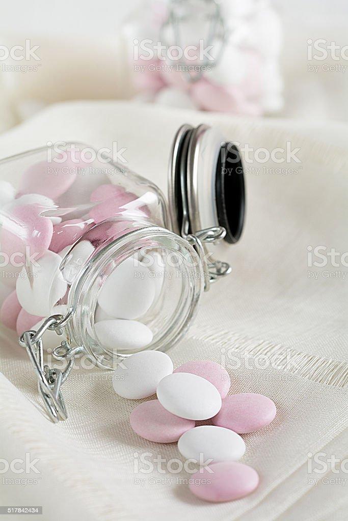 Schokoladen Dragées fallen aus einem Glas stock photo