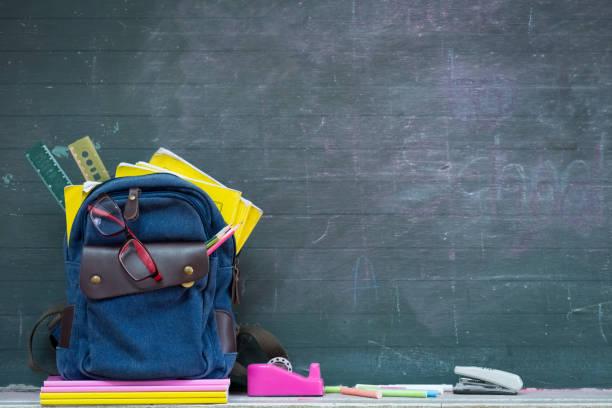 SCHULRUCKSACK und Schulmaterial mit Tafel Hintergrund. Bildung oder zurück zum Schulkonzept. – Foto
