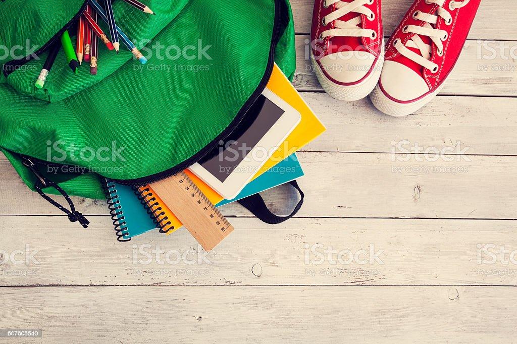 School backpack on wooden background foto de stock libre de derechos
