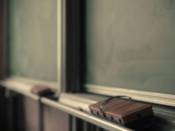 学校の黒板教室の黒板 - 小学校 ストックフォトと画像