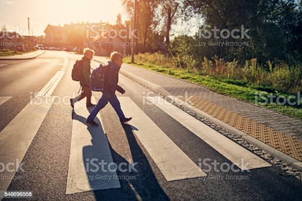 Jongens Van De School Lopen Op Zebrapad Op Weg Naar School Stockfoto en meer beelden van 8-9 jaar