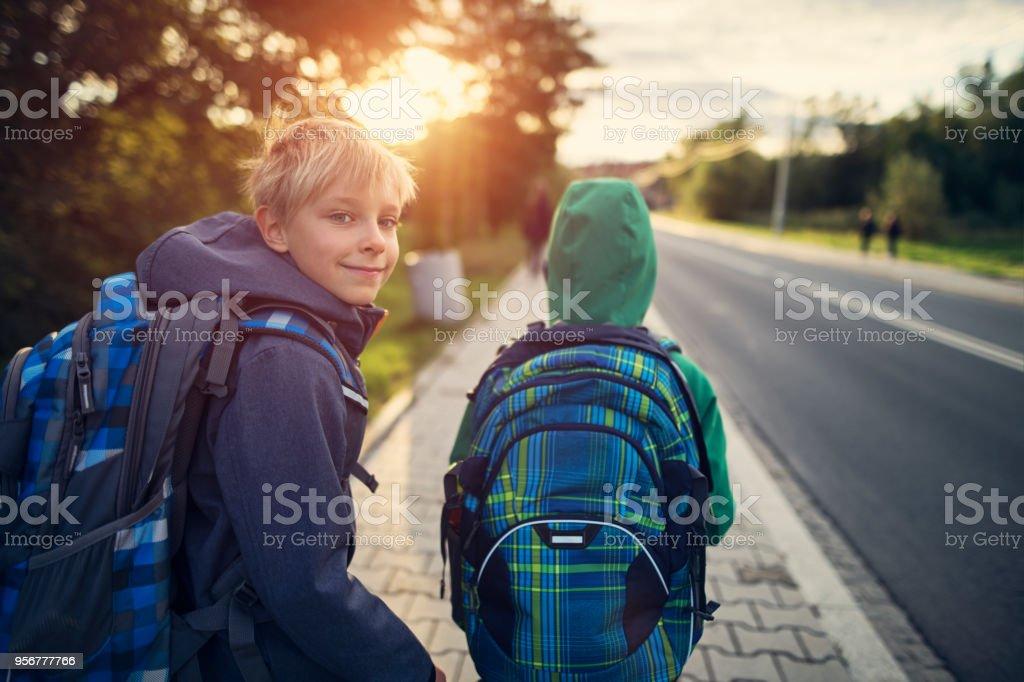 Schuljungen gehen zur Schule – Foto