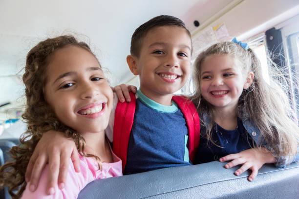 la escuela amigos - autobuses escolares fotografías e imágenes de stock
