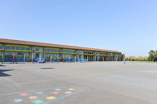 edificio de escuela y patio de juegos - patio de colegio fotografías e imágenes de stock