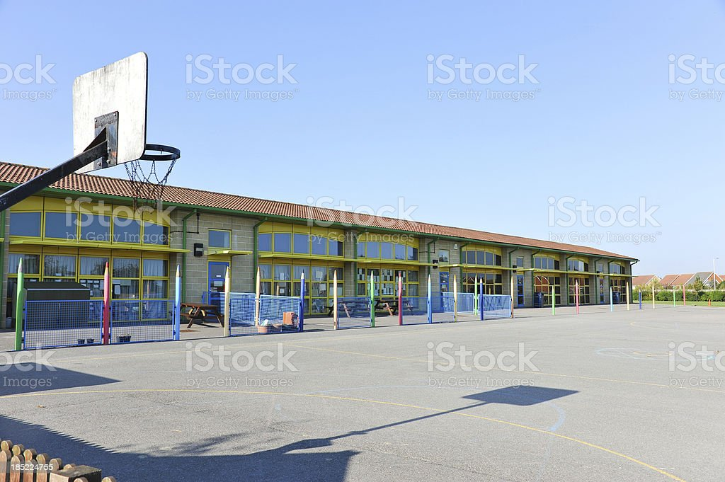 Schulgebäude und Spielplatz – Foto