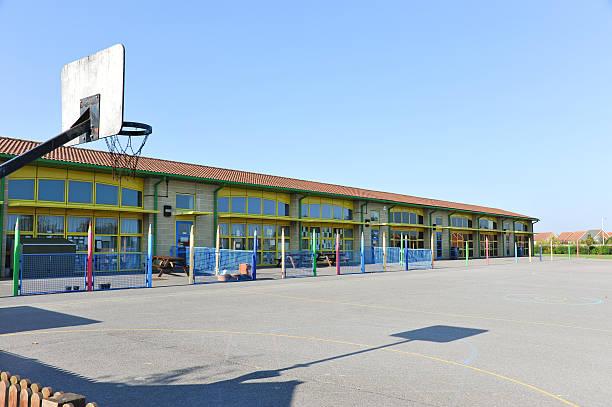 学校とプレイグラウンド - 校庭 ストックフォトと画像