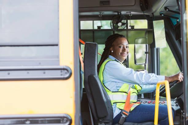Chauffeur d'autobus scolaire à la recherche par porte - Photo