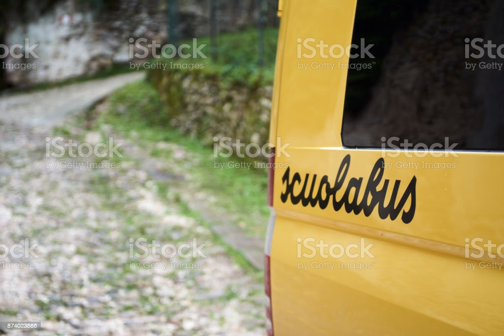 School bus parked in the countryside - foto stock