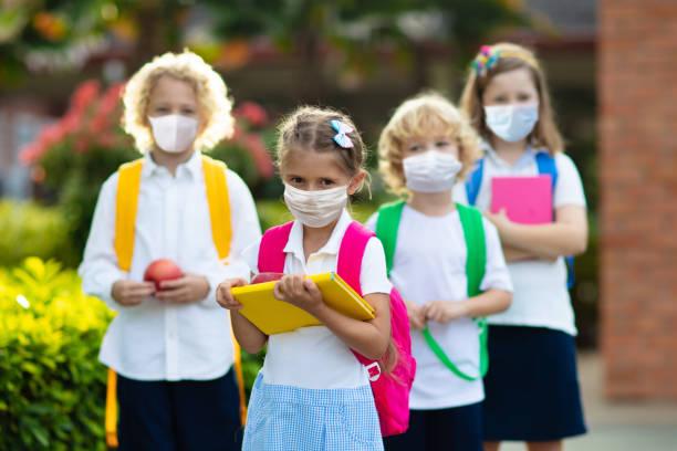 yüz maskesi takan okul çocuğu. virüs salgını. - school stok fotoğraflar ve resimler