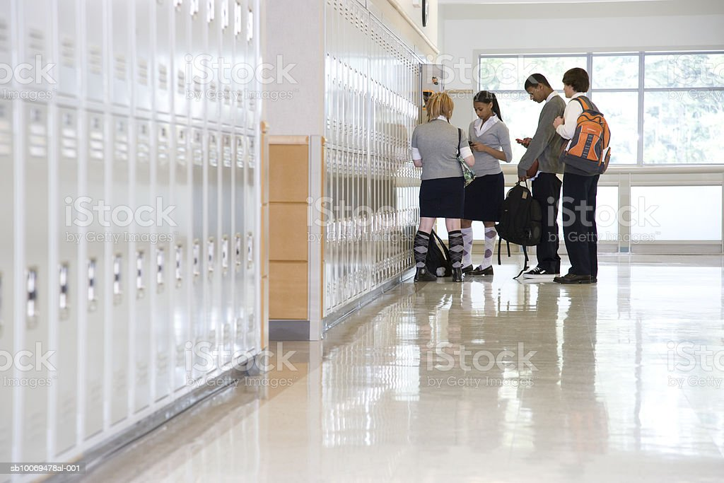 School children by lockers in corridor royalty free stockfoto