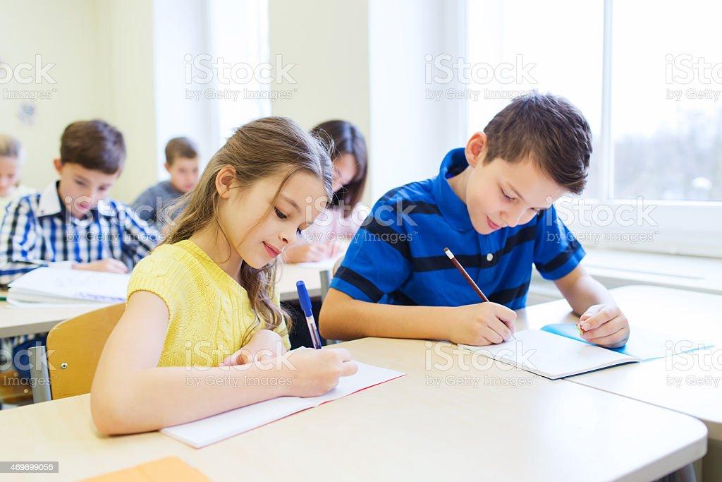 Gruppe in der Schule Kinder einen test mit parlamentarischer Bestuhlung – Foto