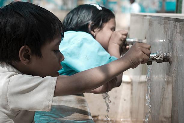 dzieci w szkole wody pitnej - tap water zdjęcia i obrazy z banku zdjęć