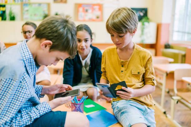 Schulkinder im Unterricht mit Smartphone – Foto