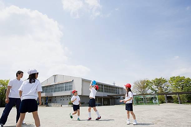 遊ぶ子供、学校の野球観戦 ストックフォト