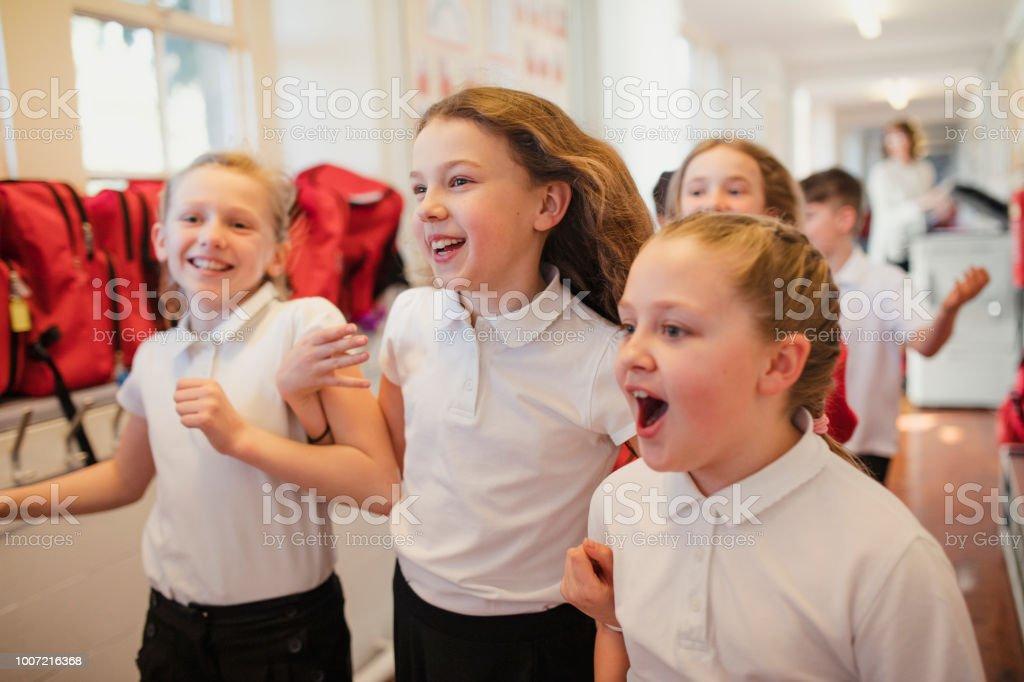 Escuela los niños corren por el pasillo - foto de stock