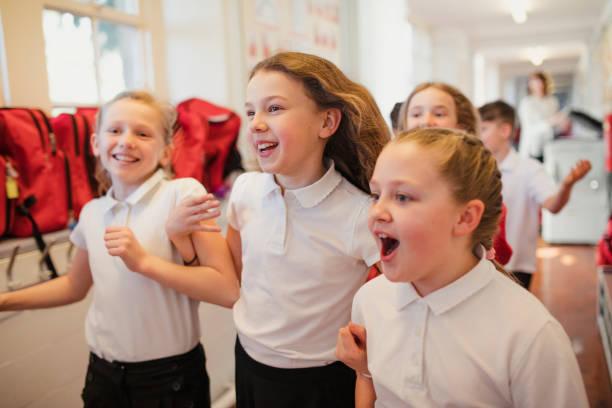 escuela los niños corren por el pasillo - regreso a clases fotografías e imágenes de stock