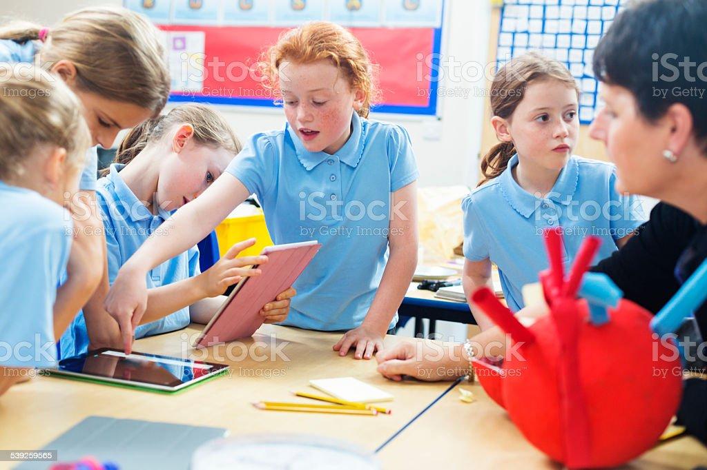 École enfants étudiant avec tablette ordinateurs - Photo