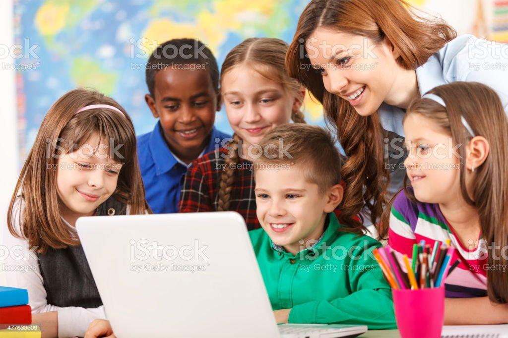 Schule Kinder mit laptop mit Lehrer im Klassenzimmer - Lizenzfrei 8-9 Jahre Stock-Foto