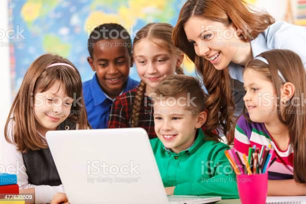Schule Kinder Mit Laptop Mit Lehrer Im Klassenzimmer Stockfoto und mehr Bilder von Kind