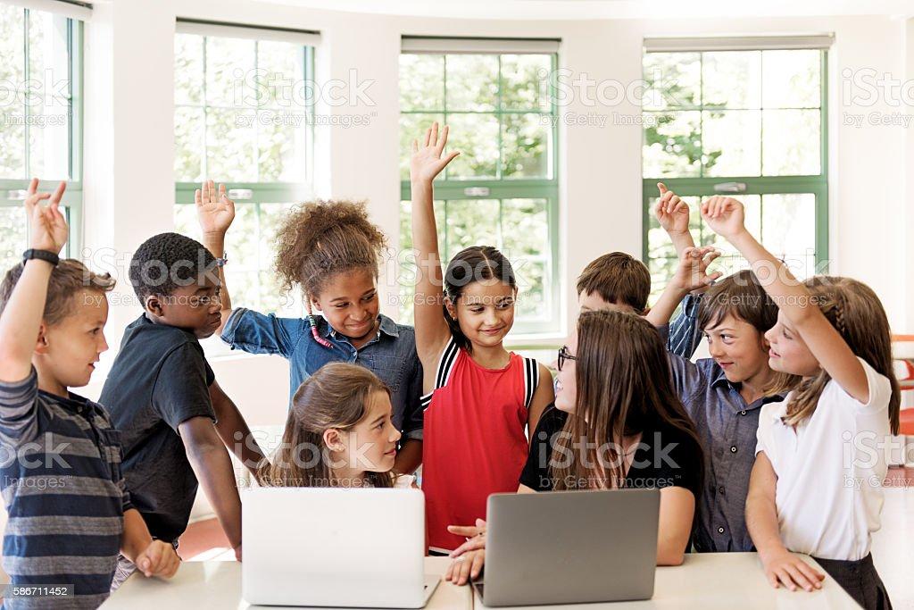 Schule Kinder mit laptop mit Lehrer im Klassenzimmer – Foto