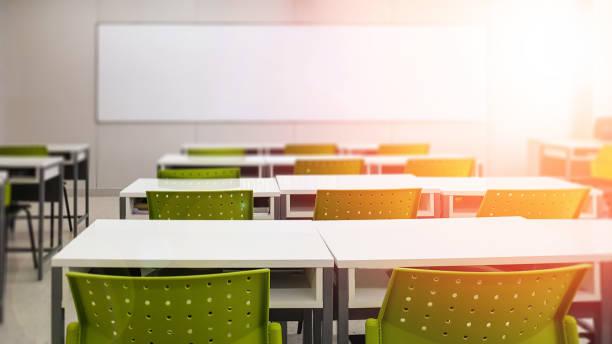 若い学生なしでぼかしの背景で学校の教室;小学校のクラスルームのぼやけた眺め キャンパス内に椅子とテーブルを持つ子供や教師はありません。 - 教室 ストックフォトと画像