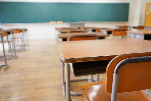 School Classroom With Blackboard - Fotografie stock e altre immagini di Ambientazione interna