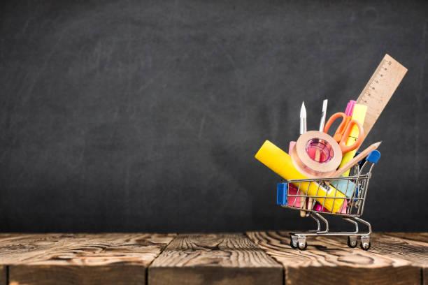 schulbank, bleistifte und verschiedene lieferungen aus metall halter auf blackboard hintergrund einkaufen - kreide farbe schreibtisch stock-fotos und bilder