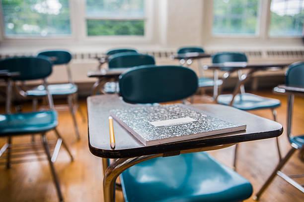 school desks in a classroom - 無人 個照片及圖片檔