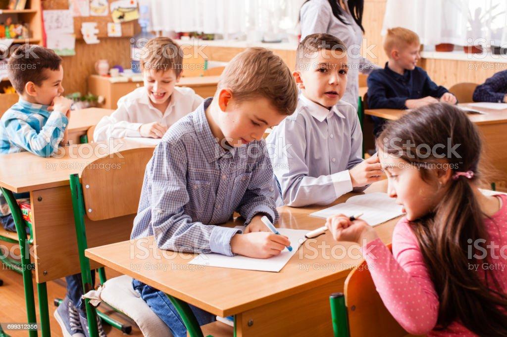 Schulmädchen erklären ihr Klassenkamerad – Foto