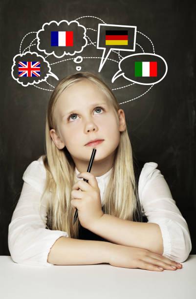 schüler/mädchen lernen, englischen, deutschen, französischen oder italienischen sprache auf dem blackboard-hintergrund mit vereinigtes königreich, deutschland, italien, frankreich-flags - schöne englische wörter stock-fotos und bilder