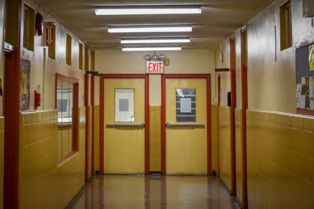 schulhalle mit ausstiegseinstellung. harlem, nyc. - eingangshalle wohngebäude innenansicht stock-fotos und bilder