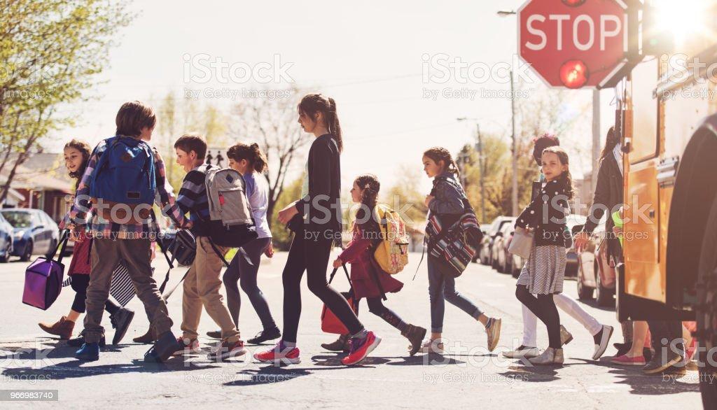 Schulkinder, die Straße überqueren – Foto