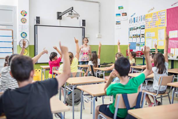 schulkinder im klassenzimmer - grundschule stock-fotos und bilder