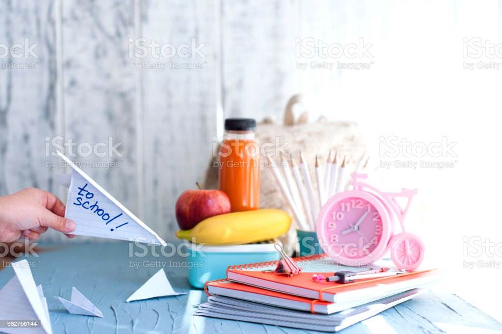 School lunch box for kids. Back to school. Cooking. Child's hands. Top view. - Foto stock royalty-free di Affollato