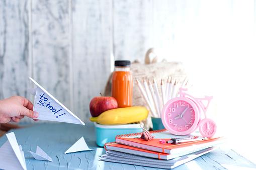 School Lunch Box For Kids Back To School Cooking Childs Hands Top View - Fotografie stock e altre immagini di Affollato