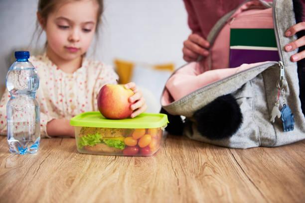 skol lunch låda med hälsosam mat - lunchlåda bildbanksfoton och bilder