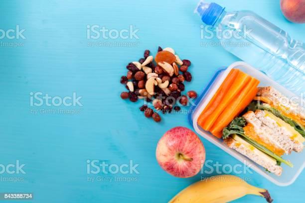 Schule Lunchpaket Mit Sandwich Gemüse Wasser Nüssen Und Früchten Auf Türkis Hintergrund Gesunde Ernährung Gewohnheitenkonzept Stockfoto und mehr Bilder von Apfel