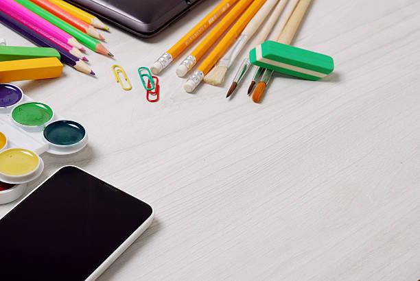 schule oder student zubehör mit schmalen notebook und smartphone geschlossen - wortarten bestimmen übungen stock-fotos und bilder