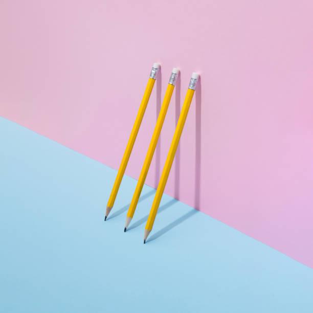 パステル調の背景に学校の鉛筆。 - 学校の文房具 ストックフォトと画像