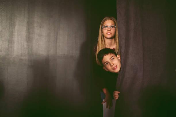 schule-theaterstückes - mädchenraum vorhänge stock-fotos und bilder