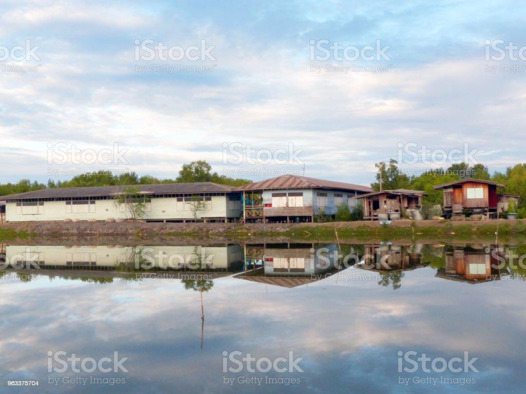 school reflection on lake and blue sky - Zbiór zdjęć royalty-free (Azja)