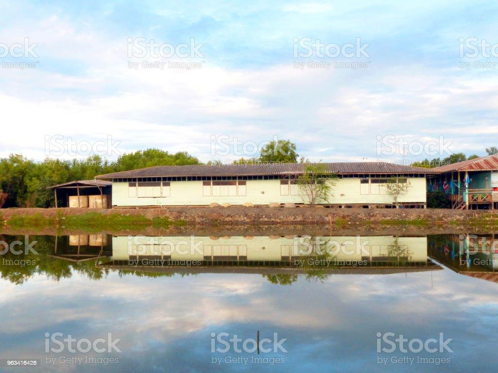 réflexion de l'école sur le lac et bleu ciel - Photo de Asie libre de droits