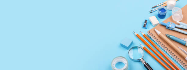 青の背景に静止した学校。 - 学校の文房具 ストックフォトと画像