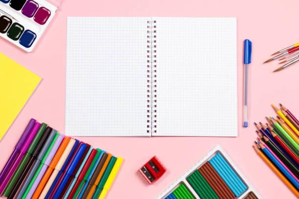 学用品の整理。学校のコンセプトに戻って、スペースをコピー - 学校の文房具 ストックフォトと画像
